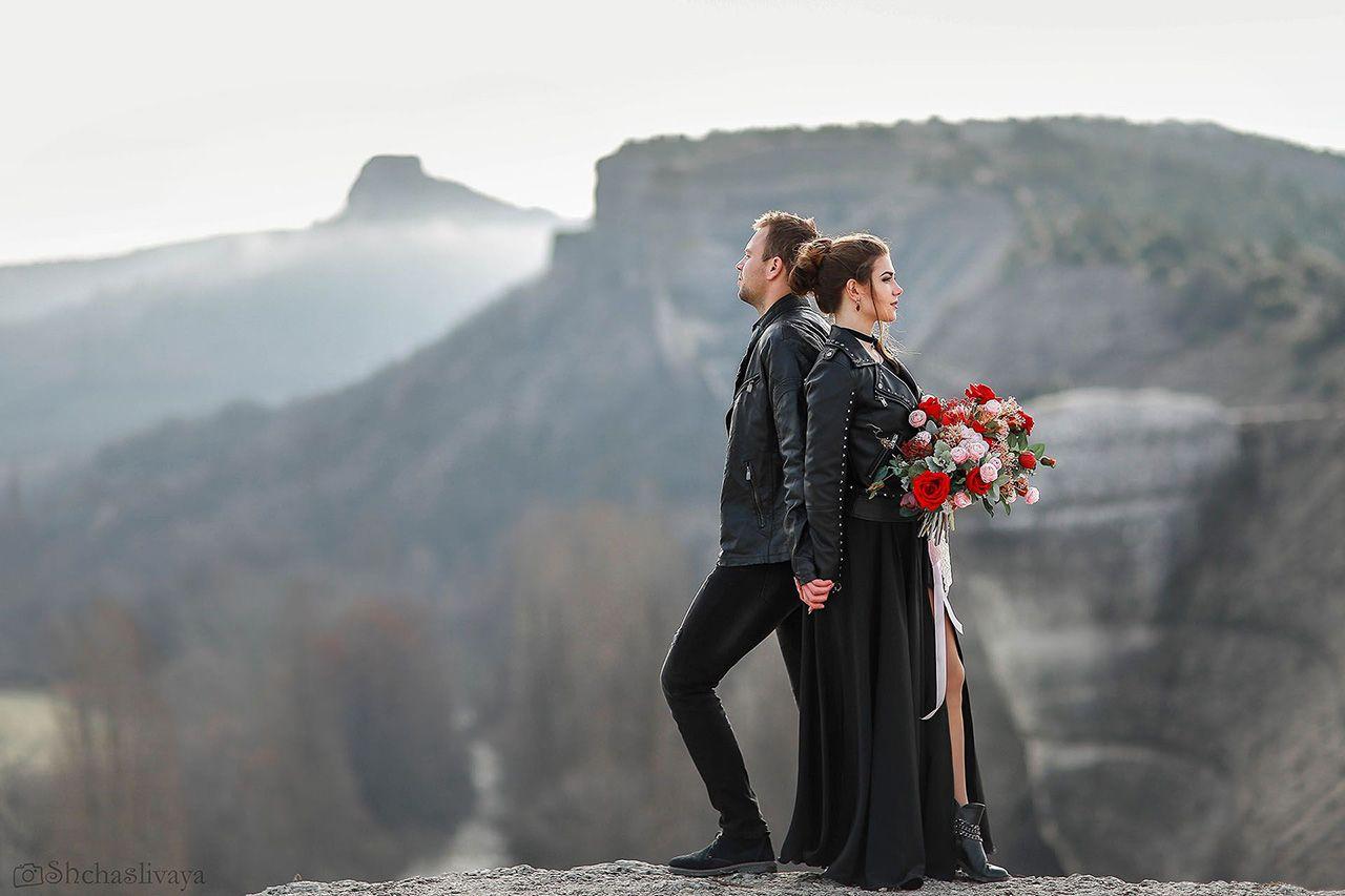Фотосессия свадьбы для двоих на склоне горы в черном стиле
