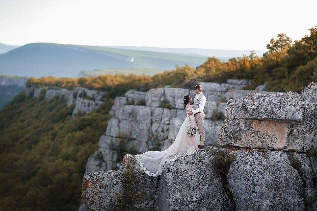 Фотосъемка свадьбы для двоих на склоне горы