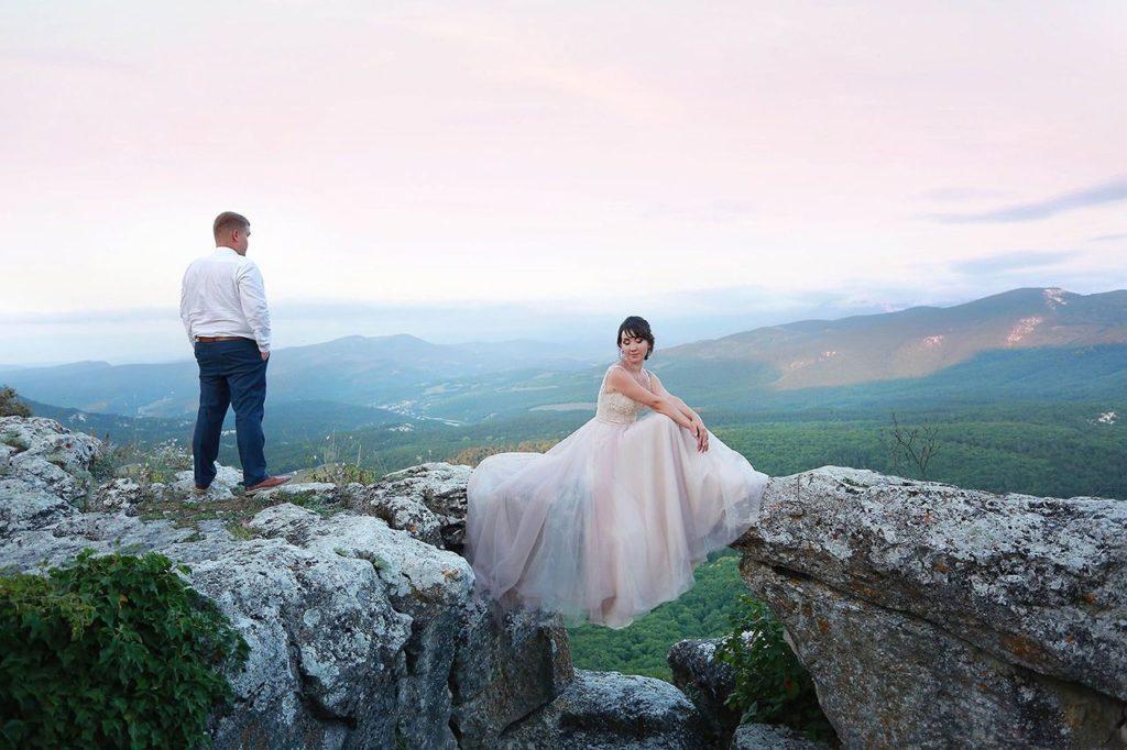 Свадьба для двоих на склоне горы в Крыму