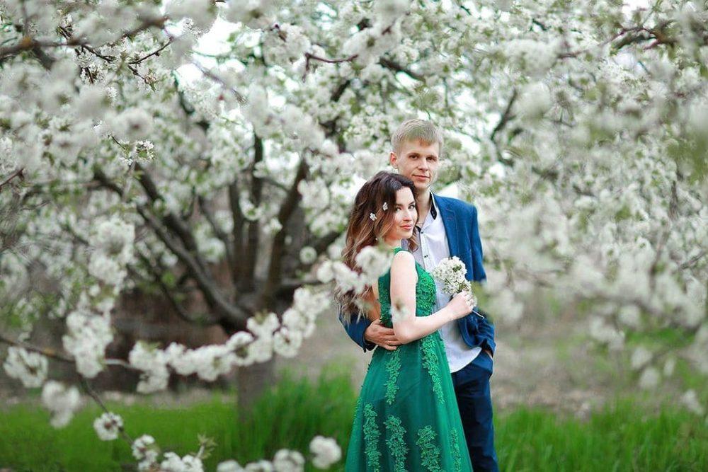 Свадьба для двоих в красивом цветущем саду