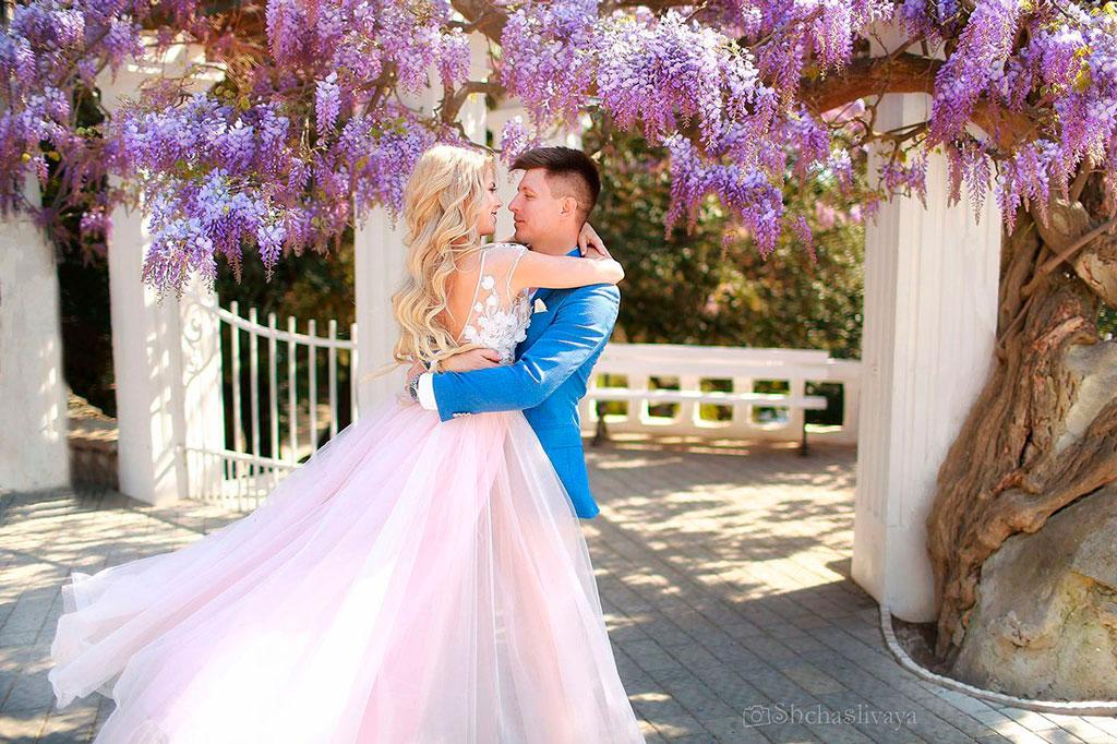 Свадьба на двоих возле красивого цветущего дерева