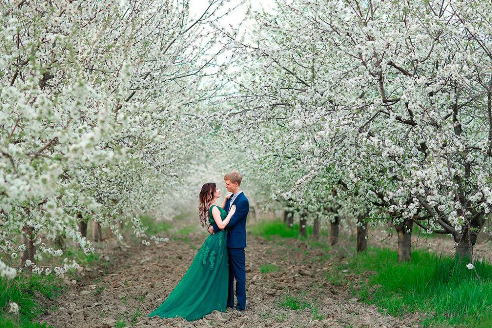 Свадьба на двоих в цветущем саду