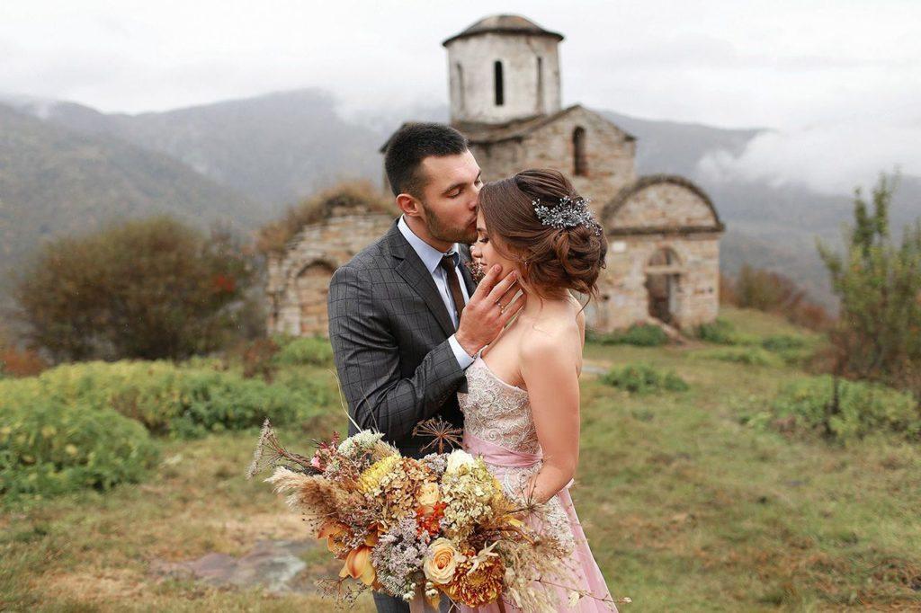 Свадьба для двоих на фоне замка в лесу
