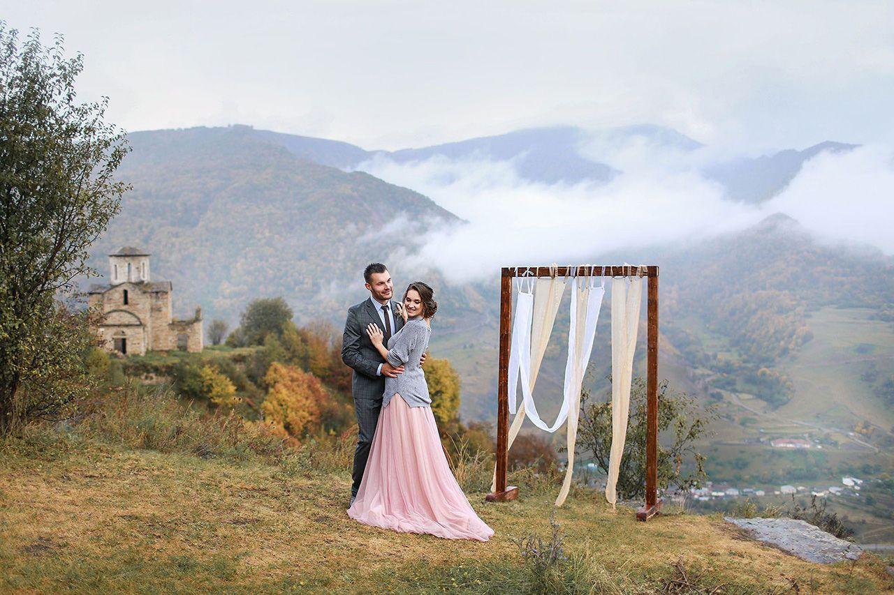 Свадьба для двоих на фоне гор осенью